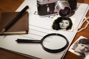 Set detective: camera, magnifying glass, pen and notebook